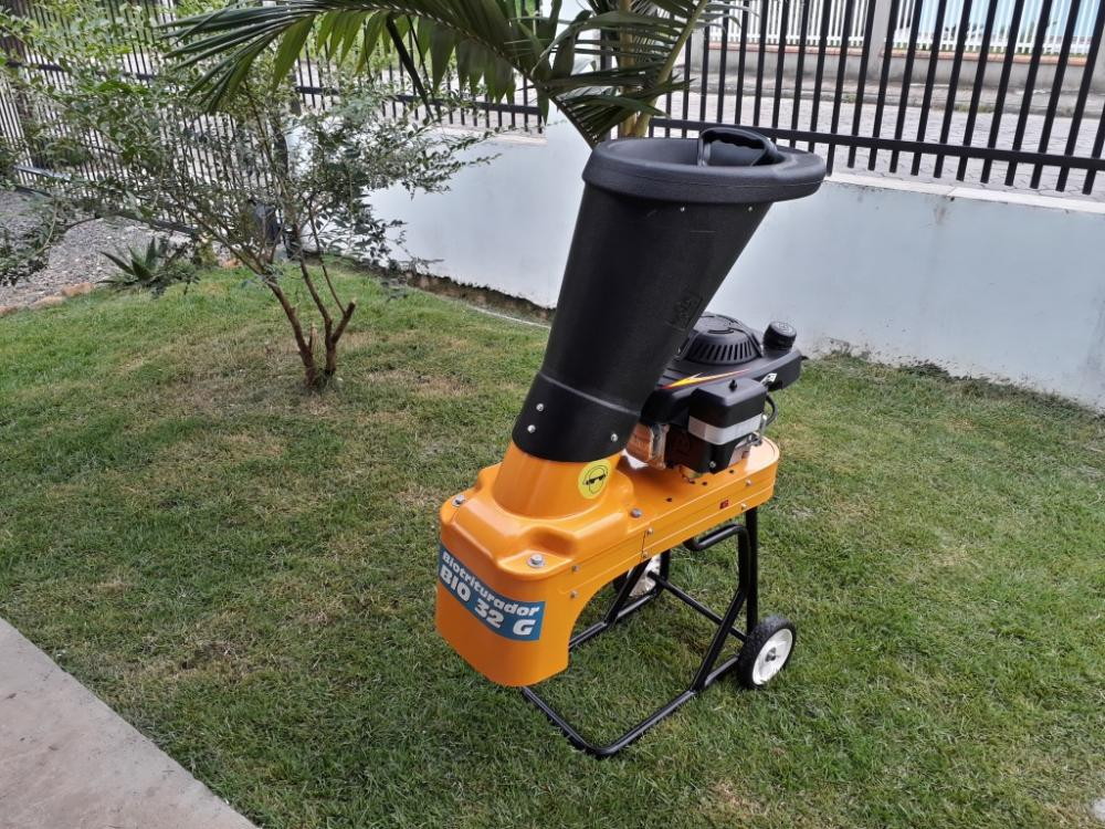 Mobile and compact wood chipper, ideal for cleaning gardens and small properties