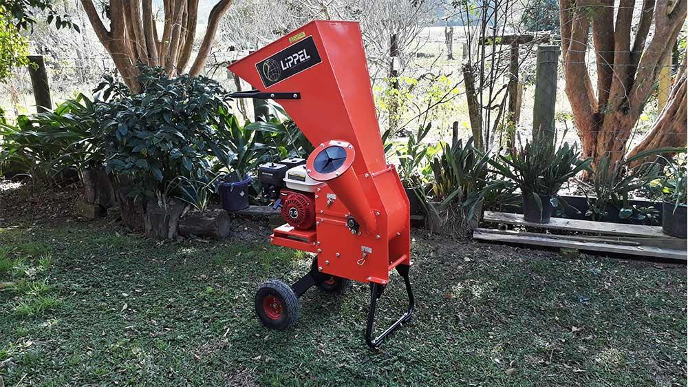 Branch shredder for composting, capable of chipping branches and residues up to 67mm in diameter, excellent for both rural and urban areas