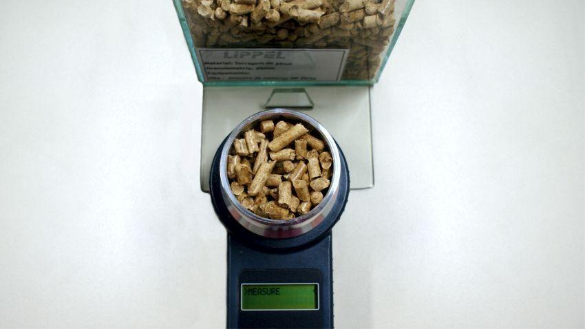 Medidor de humedad para determinar el contenido de agua contenido en pellets de madera y aserrín para quemar en calderas o hornos.