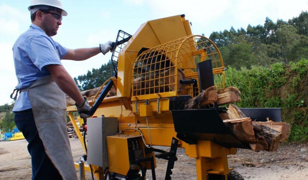 Cortador y hendidor de leña, el procesador de madera posee un innovador sistema para la obtención de leña con accionamiento por un motor eléctrico.
