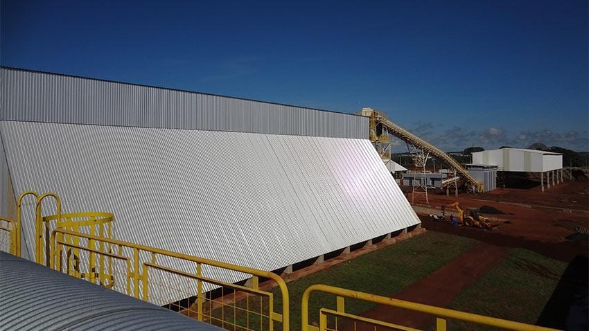 O Pátio de cavacos consiste em equipamentos para recepção, movimentação, classificação e armazenagem de biomassa em forma de cavacos.