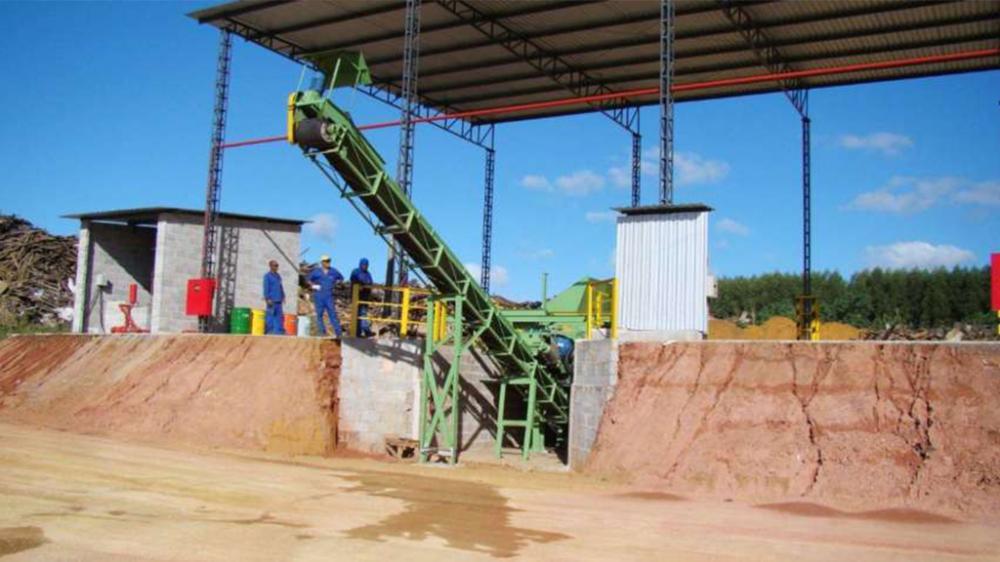 Equipamento robusto para reciclagem de madeira, tritura madeiras com pregos, grampos e outros tipos de impurezas. Produção de até 80m³/h.
