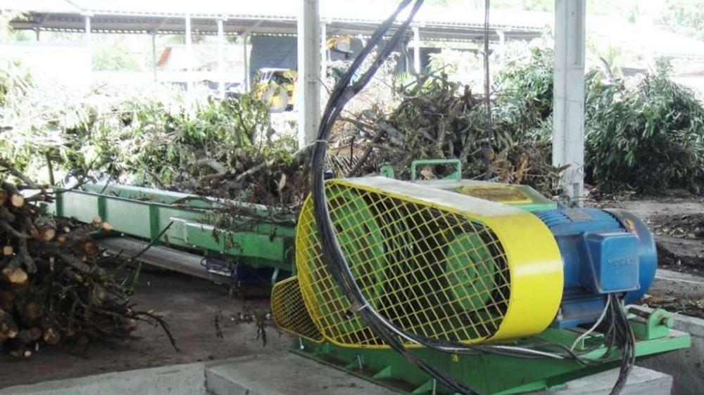 Picador estacionário com capacidade de picagem para madeiras roliças com diâmetro até 170 mm, ideal para as indústrias que geram em torno de 30m³/h de resíduos.