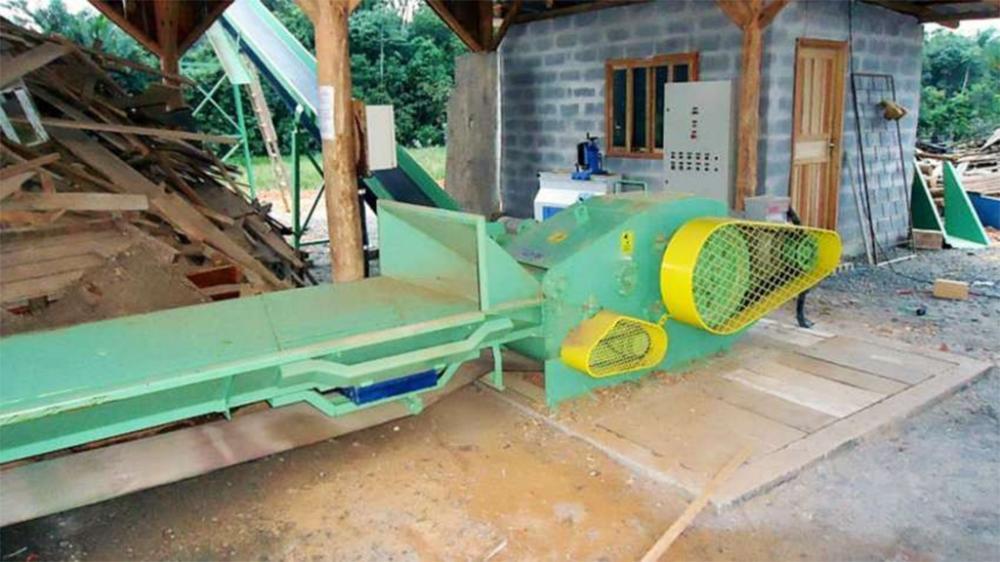 Picador de madeira estacionário desenvolvido para a picagem de madeiras roliças com até 200 mm ou resíduos de serrarias e madeireiras, como costaneiras, refilos e outros.