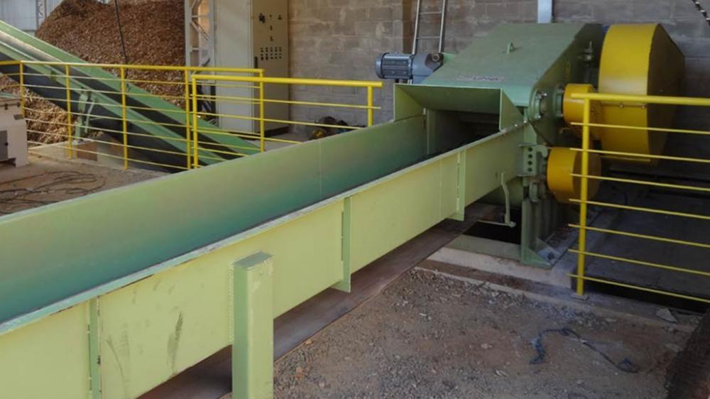 Picador estacionário capaz de picar madeiras redondas de até 300 mm de diâmetro, reaproveitando todos resíduos de madeira, gerando mais de 100m³/h de cavacos.