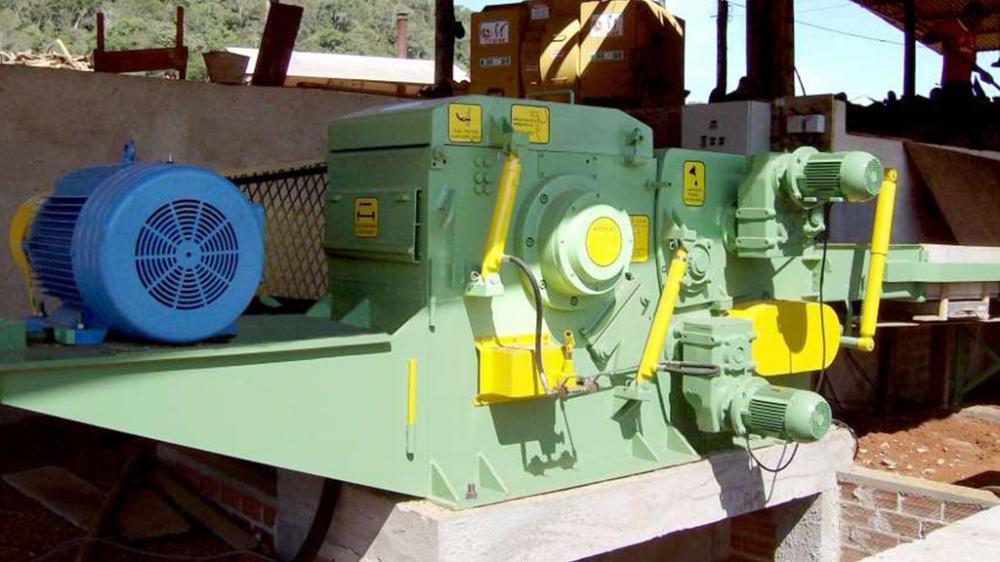 Picador de madeira estacionário ideal para picar toras de madeira com até 300 mm de diâmetro, ideal para indústrias que geram em torno de 130m³/h de resíduos.