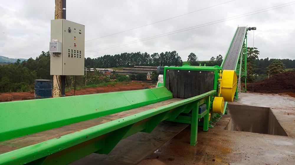 Projetados para triturar materiais volumosos, sua articulação frontal do rolo tracionador permite a entrada materiais de grandes volumes.