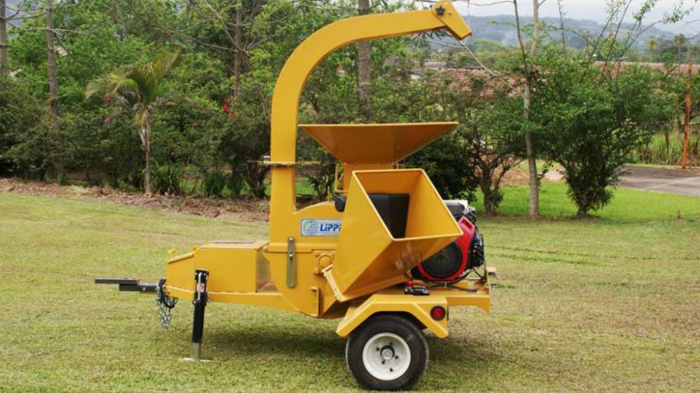 Acionamento a partir do motor a gasolina, possui duas funções em um único equipamento: moedor de cavacos e triturador de galhos. Produção de até 10m³/h.