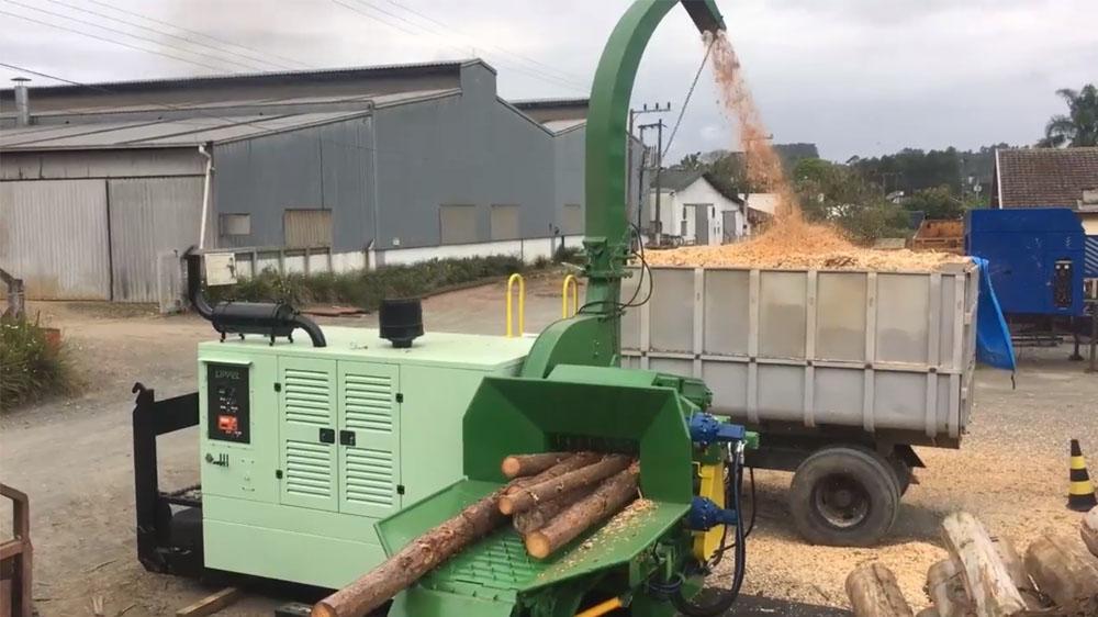 Picador florestal montado sobre plataforma roll-on com grande agilidade no carregamento e capacidade para produção de micro cavacos