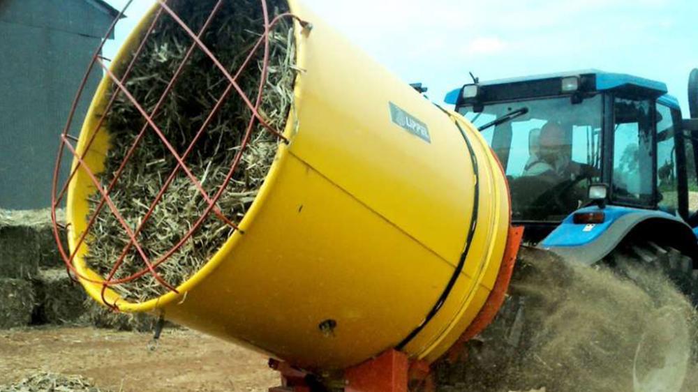 Accionado por la toma de fuerza del tractor, pica fardos de heno y pasto con 1,5m de diámetro. Ideal para uso en establos o fines industriales.