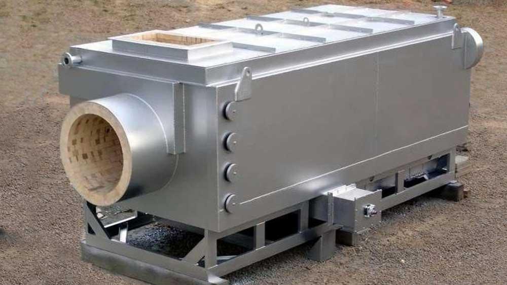 Fornalha para queima de biomassa com grelhas móveis, com movimentos controlados dos grãos, distribuição homogênea, alta eficiência e geração de calor.
