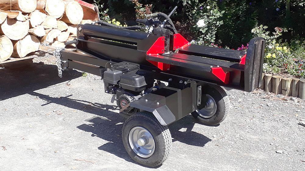 Rachador de lenha móvel, pode ser rebocado pelo engate traseiro de seu veículo, acionado através de um motor a gasolina, aplicando a potência de 22T sobre a tora.
