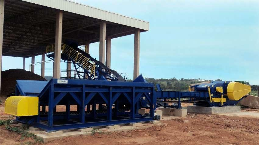 Receiving and dosing solution by mechanized unloading of wood, providing automated feeding.