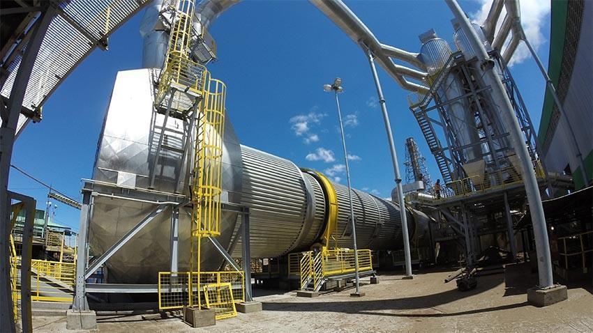 El tambor de lo secador roda a una velocidad constante, levantando continuamente la biomasa, al pasar por una fuente de aire acaba secando la biomasa.
