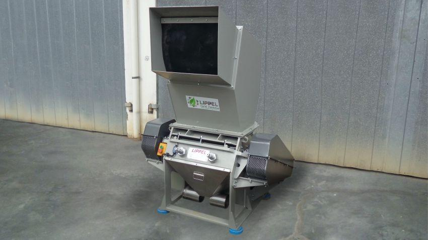 Knife mill for the processing of various waste, such as electronics, plastics, woods, cables among others, reducing the volume of the material and carrying out the preparation for recycling