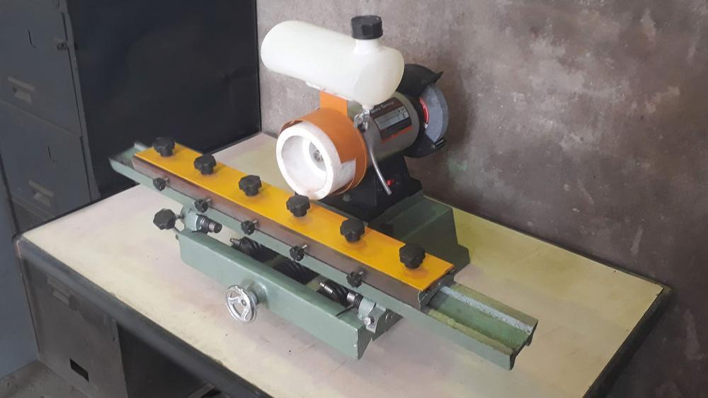 Surface grinder for chipper knifes and blades for equipment with manual feed and emery for the sharpening of other types of blades.