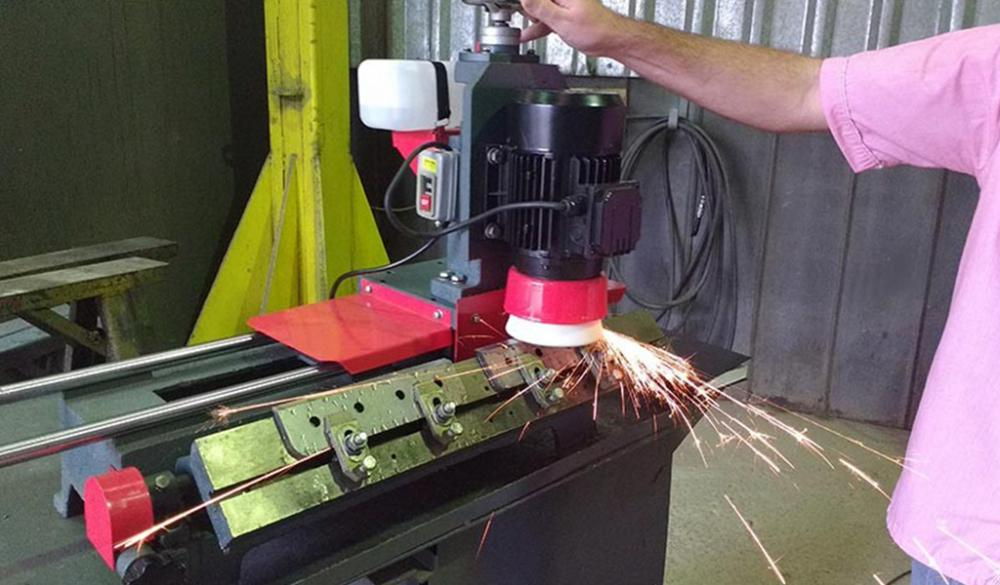 The AFI 650 is a portable bench grinder, which sharpens 650 mm knives, and is easy to install and can easily be taken to where the knives are.