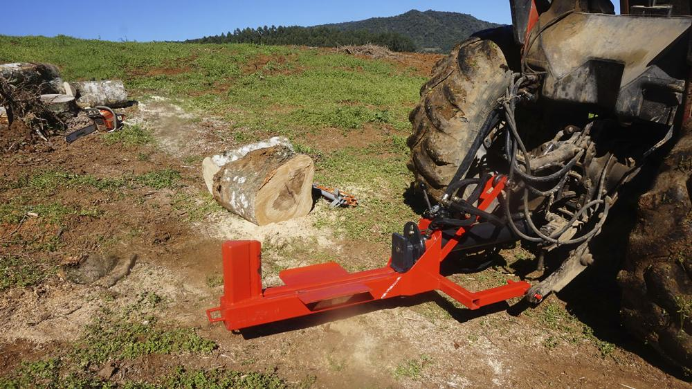 Compact log splitter with a cutting force of 30 tons