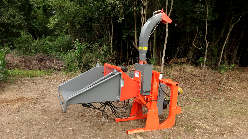 Wood chipper coupled to tractor PDU 1500 T