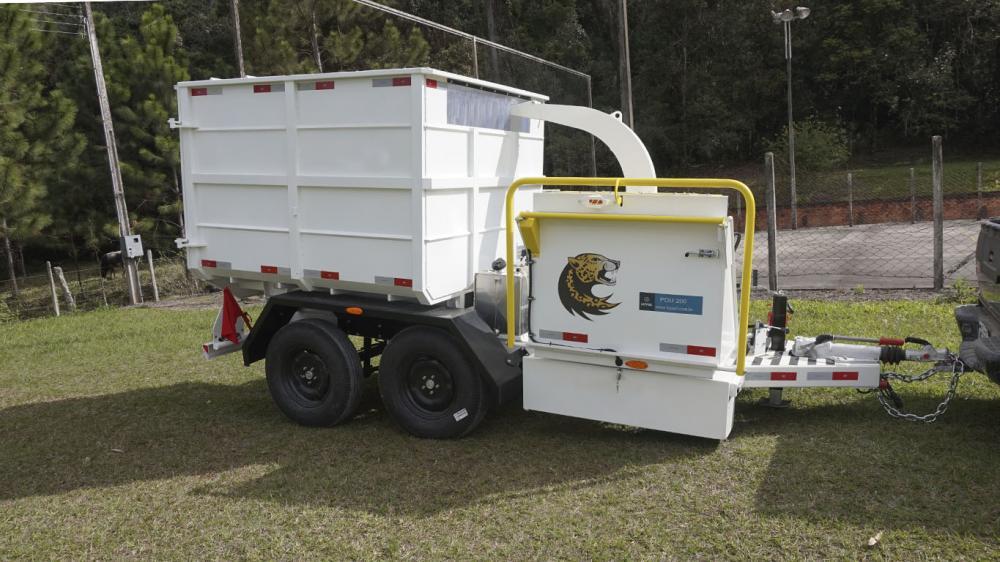 Triturador de galhos com motor a gasolina e caçamba basculante