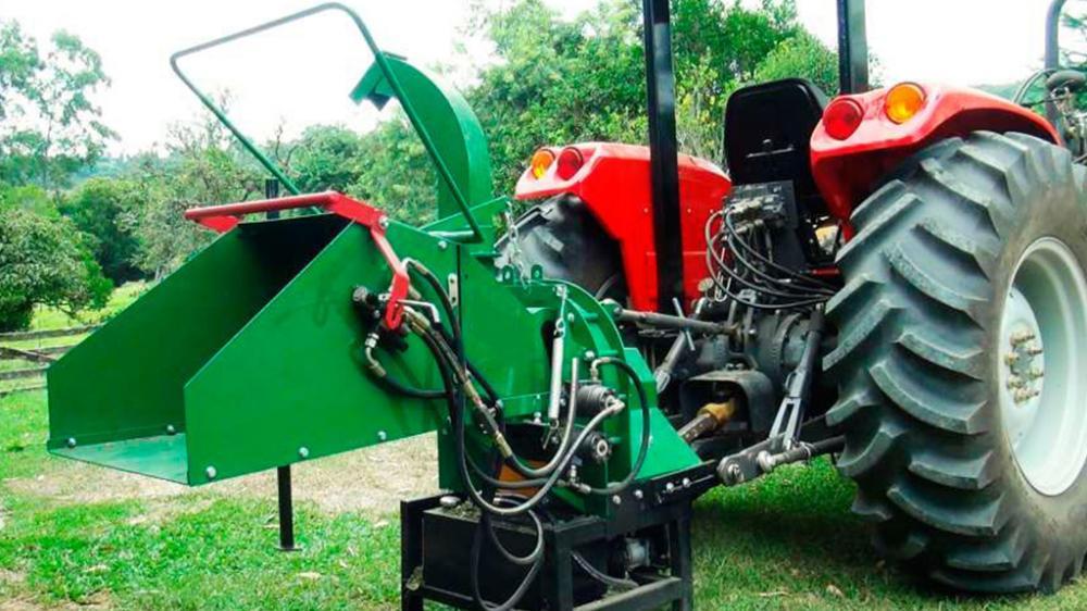 Esse picador de galhos foi feito para quem possui trator usando a potência do trator esse picador pica galhos em lugares de difícil acesso, produzindo matéria orgânica.