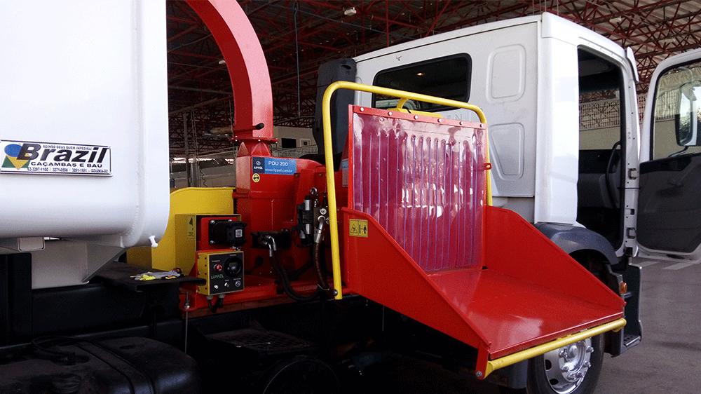 Praticidade em limpeza urbana, com descarga direta na caçamba do caminhão para maior agilidade no manuseio de podas.