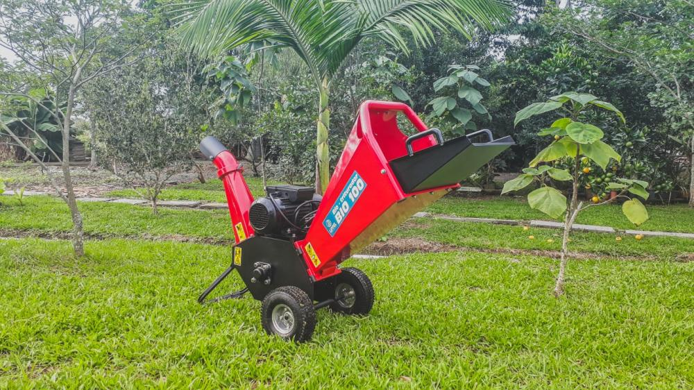 Electric wood chipper for organic waste and pruning debris from trees and shrubs