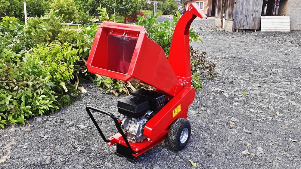 Compact wood chipper, ideal for the treatment of organic waste for disposal or composting
