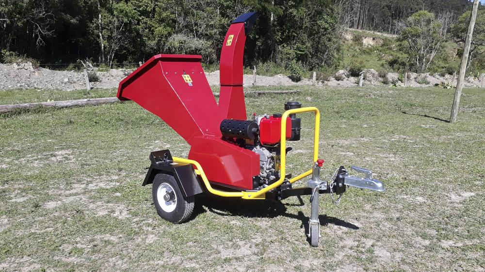 Powerful wood chipper with log capacity up to 140 mm, ideal for waste management of trees