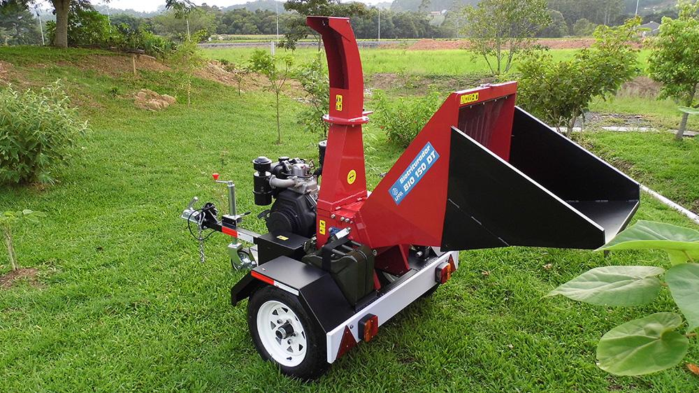 Compact towable wood chipper ideal for handling organic waste in urban and rural areas, streamlining the cleaning process and valuing the material through reuse