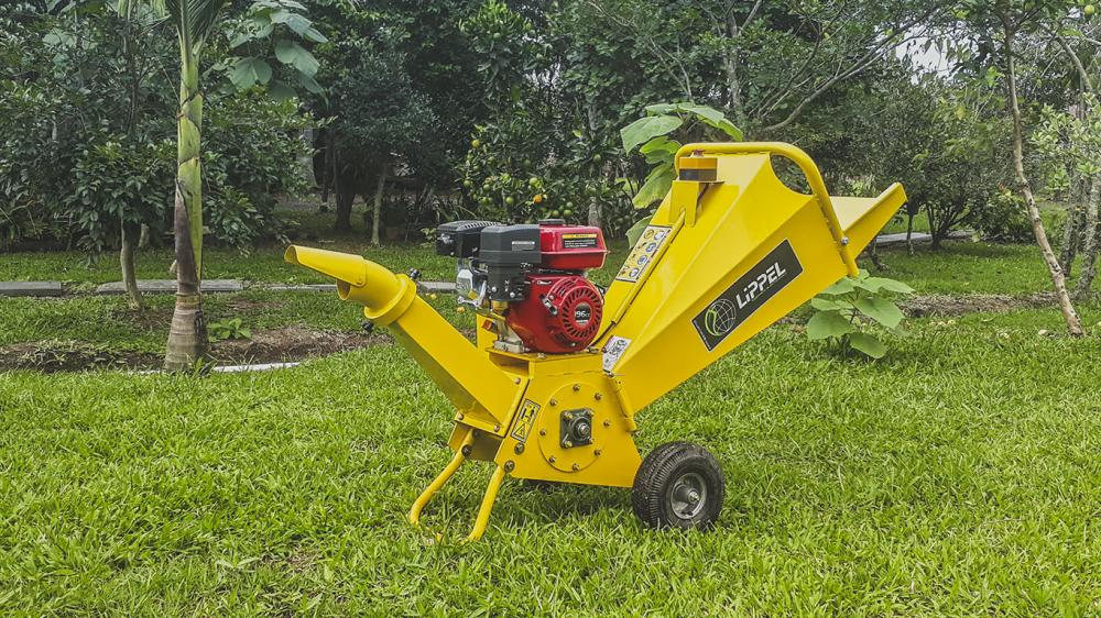 Gas-powered branch chipper with capacity for antlers up to 80 mm in diameter