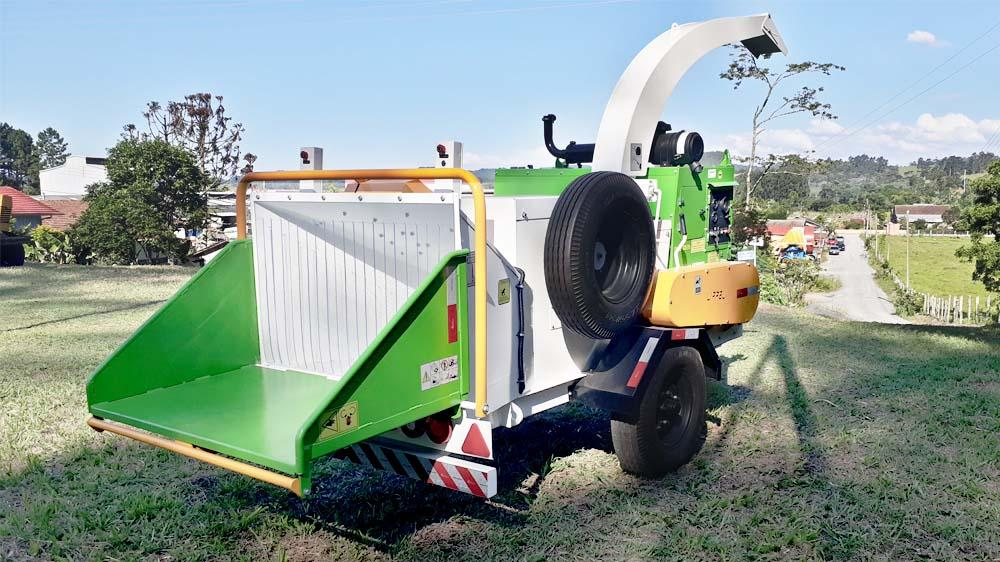 Chipper PTU 300 it is used by contractors, builders, municipalities, landscaping companies and composting as an alternative to grinding urban pruning