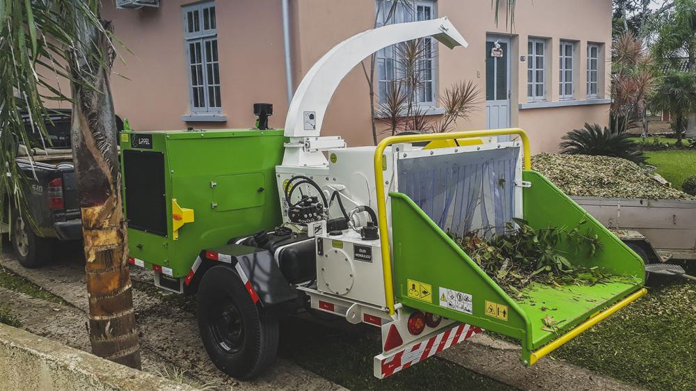 Wood chipper with diesel engine eith electronic system, and capacity to logs of up to 300 mm in diameter