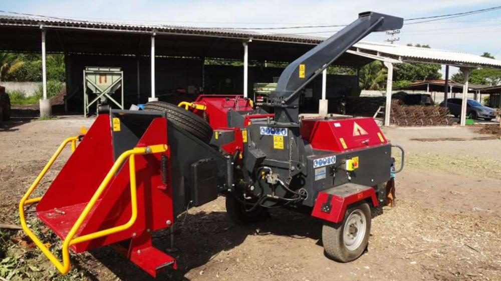 To shred wood branches, barks, leafage, garden prunings, round wood, bushes, sticks, etc.
