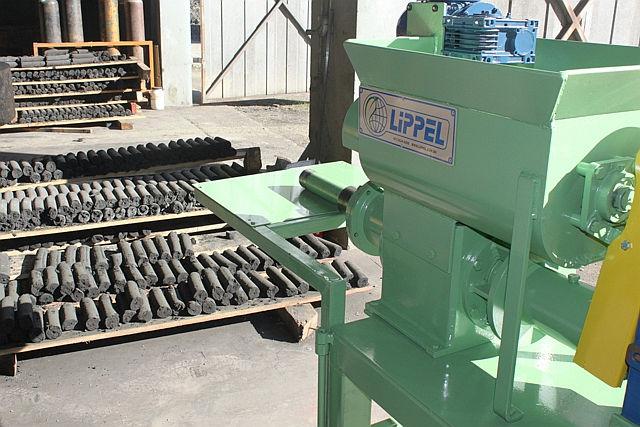 Briquetadeira extrusora EXR-3 e briquetes de carvão vegetal