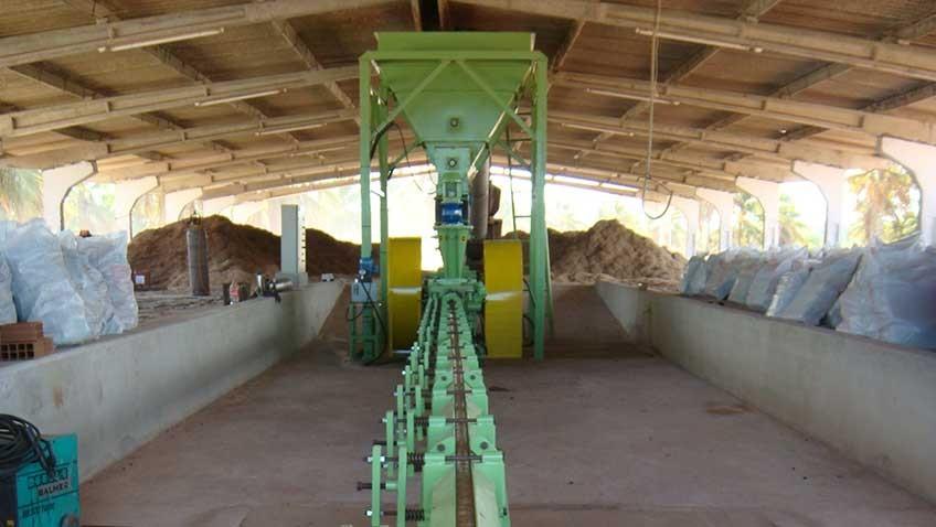 Briquetadora operativo briquetando bagazo de la caña de azúcar