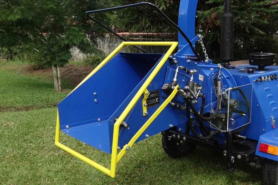 Calha de alimentação do picador de galhos com capacidade de trituração de galhos de até 200 mm