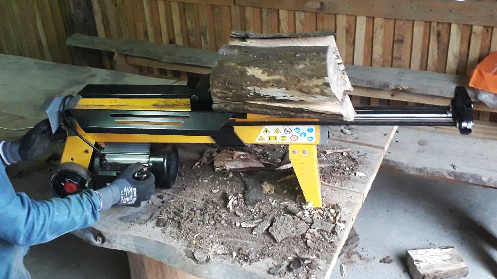 Can split logs up to 250 mm in diameter