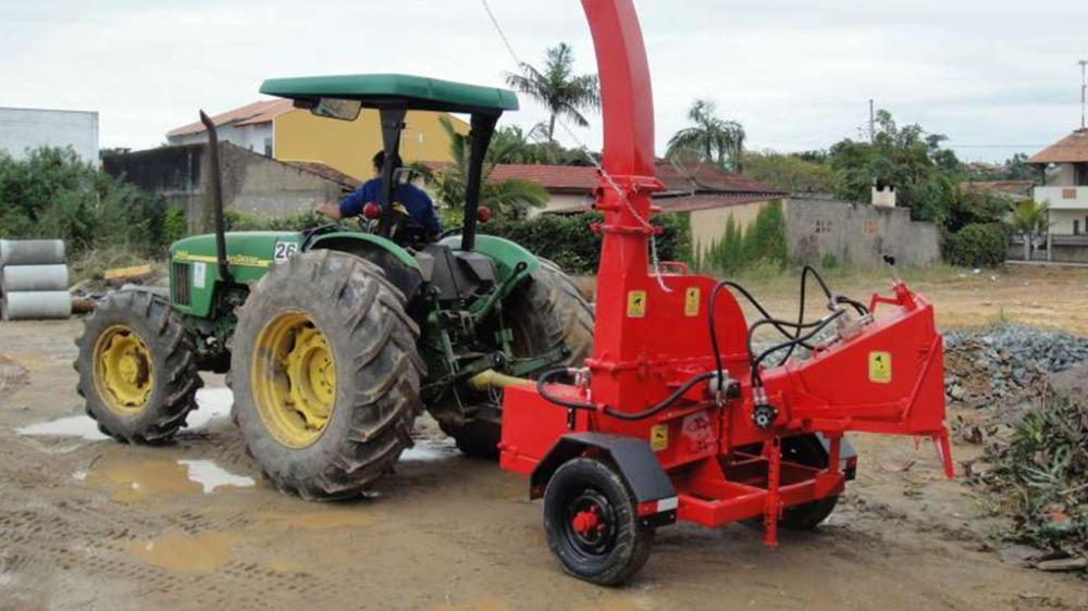Chipeador acoplado al tractor de la ciudad de Piçarras / SC