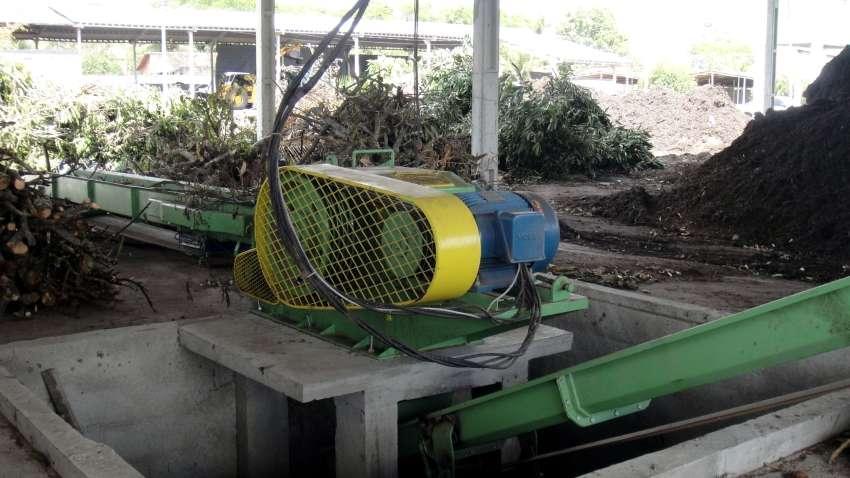 Chipeador de madera y ramas PTL 170X 400 en la empresa de compostaje