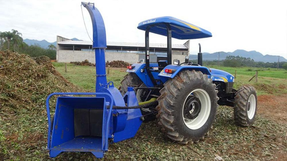 Chipper branches coupled to the tractor, ideal for taking to the material to be ground