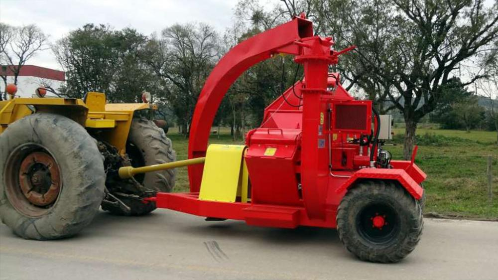 Chipper PFL 300 x 500 T connected to the tractor; prepared for transport