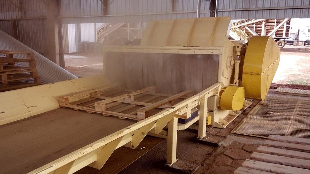 Cortina de goma para evitar el retorno de astillas de madera