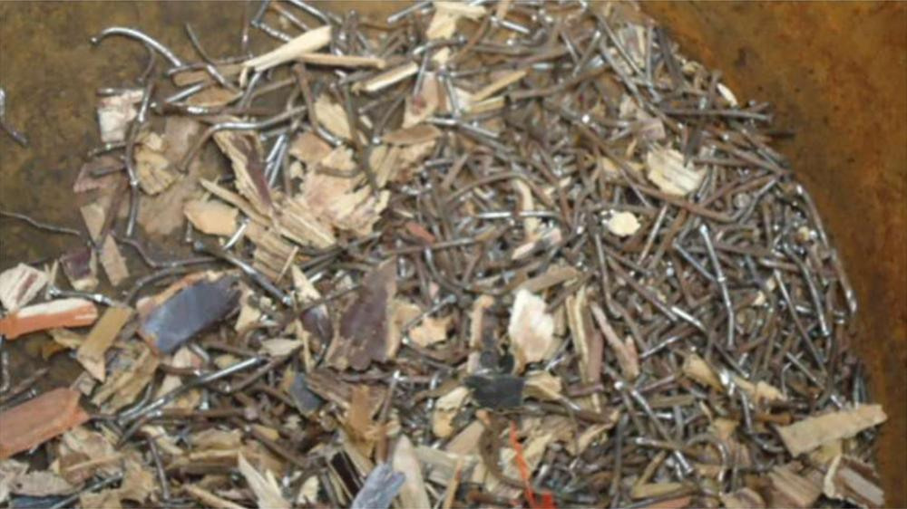 Depois: pregos e contaminantes metálicos; extraídos automaticamente da madeira reciclada