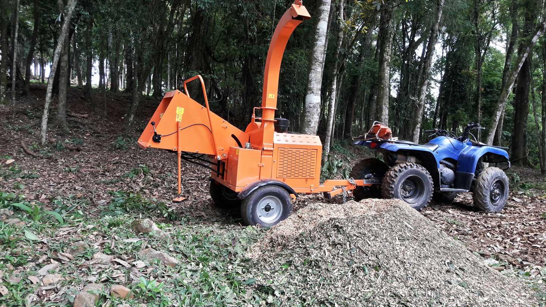 El conducto de salida puede girar hasta 360 grados, facilita la hora de dirigir el punto de ramas y troncos machacados.