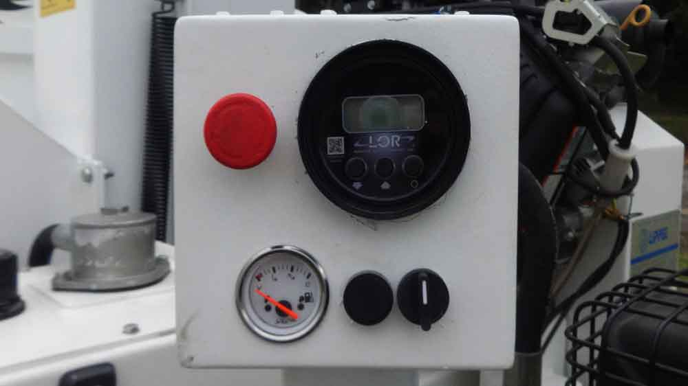 Electronic feed system that regulates the rate of rotation of the motor in relation to the cutting set. (Non-stress)