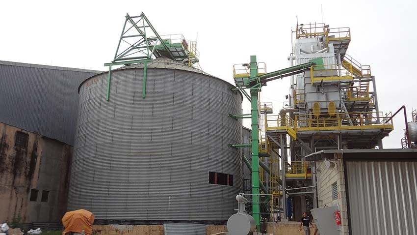Elevador de canecos instalado ao lado de silo. Transporte vertical da biomassa para alimentação de caldeira.