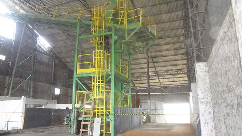 Elevador de canecos instalado junto com moega para recepção de biomassa que chegam através de caminhões