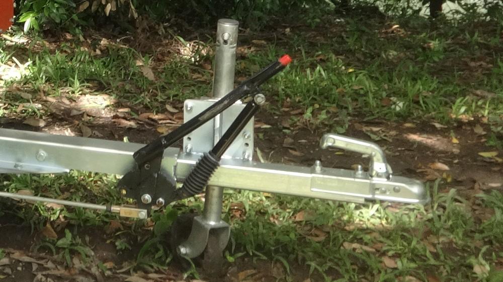 Engate direto esférico 50 mm para seu veículo com freio estacionário e pé mecânica de apoio frontal.