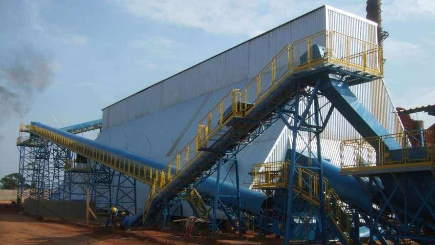 Esteiras transportadoras levam os cavacos até o silo horizontal